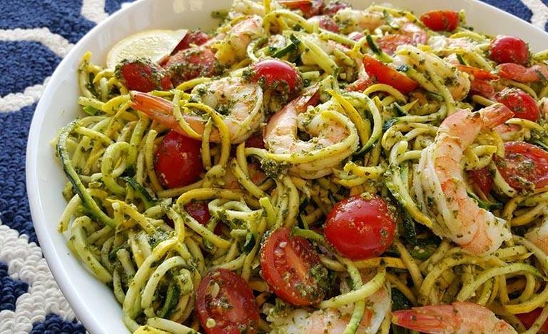 spaghetti con pesto pomodorini e gamberi
